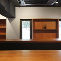 飾り棚にはオーナーが集めた骨董品やワインが並べられる予定。