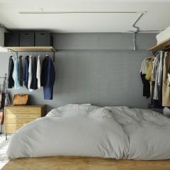ラーチで小上がりを作りベッドスペースと収納を確保。