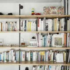 ご夫婦が所有する本の高さに合わせて木とガス管で作った本棚。