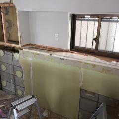 ブロックで作られていたキッチン後ろのカウンターも撤去、新たに造作した収納棚を取り付けた。