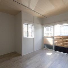 ベニヤで明るくなった2Fの天井。1Fとは違うオフィス仕様に。