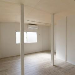 一見邪魔にも思える柱は、間仕切りの代わりに空間をゾーニングしてくれます。