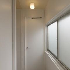 部屋のドアは白で統一。