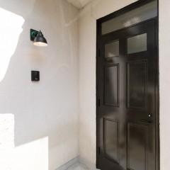 オフィスの入り口。レトロなドアと街灯が目印です。
