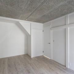 天井は木毛セメントを使用しオフィスらしさを出しました。