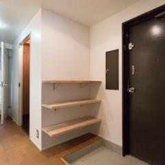 玄関には最小限の棚板を取り付け。