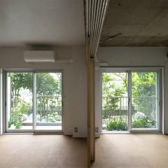 左右で天井の仕上げを変えています。