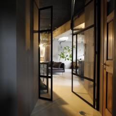 アイアンフレームドアはガラス入りなので暗くなりがちな玄関に光を届けてくれる。
