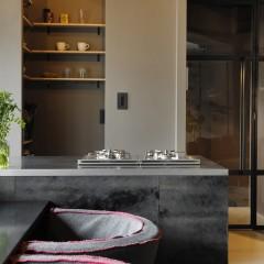 キッチンキャビネットは塗装では出せないムラ感を出すため、合板に京和紙を貼った。