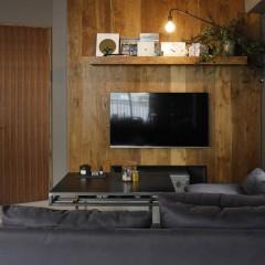 デッドスペースになるテレビ上に壁と同じオーク材で棚を造作。棚受が見えない造りとした。