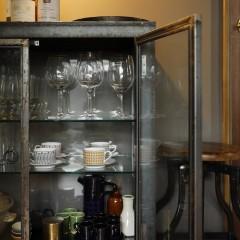 ゲスト用グラスを収納しているキャビネットは黒皮鉄で造作。サビてくるのも味だそう。