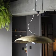 ダイニングテーブル上のペンダントライトはジェルバゾーニで購入されたそう。