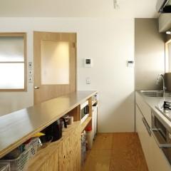 天板は汚れに強いステンレス、下台はラーチで造作。