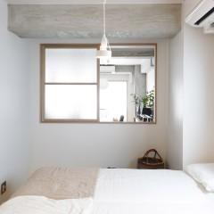 大きく造った室内窓で風通しのいい寝室。