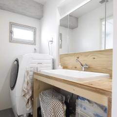洗面台もラーチで。他は白でまとめ、清潔感のあるスペースになりました。
