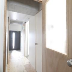 ドアは節の無い綺麗な木目が特徴のラワンで造作しました。