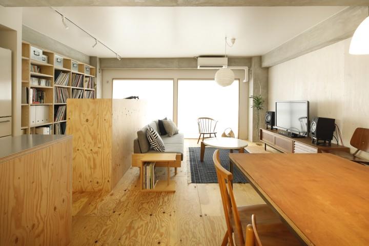 床、壁、カウンター、DJブース・・・ラーチが主役の内装。
