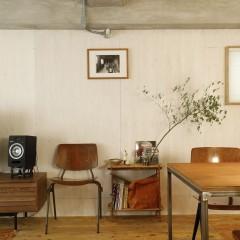壁一面にラーチを使用。他とのバランスを考えて、白塗装で木目を抑えました。
