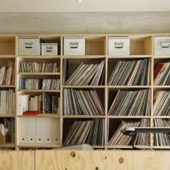 ラーチの本棚には奥様の料理の本、旦那様のレコードが並ぶ。