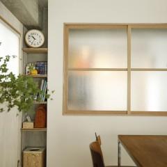 視線だけを遮り、明かりと風をいれてくれるすりガラスを使用。