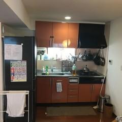 丸見えだったキッチン。カウンター等収納場所も少なく雑然としていました。