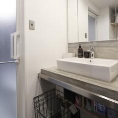 洗面台はシンプルに。モルタルで土台を造作。