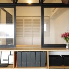 FIXと引き違い窓を組み合わせ、出来るだけ大きな窓を造作。