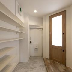 寝室に入るドアもリビングドアと合わせたデザイン。