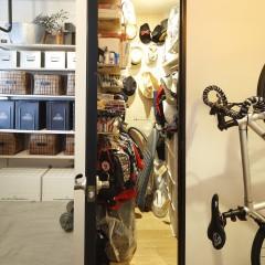身支度が便利になる、玄関横の収納スペース。バッグや帽子など細々した物が仕舞えます。