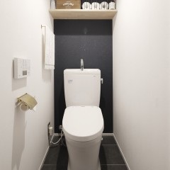 トイレの中も黒でアクセント。