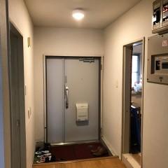 施工前。間仕切りが多く、玄関は暗い印象でした。