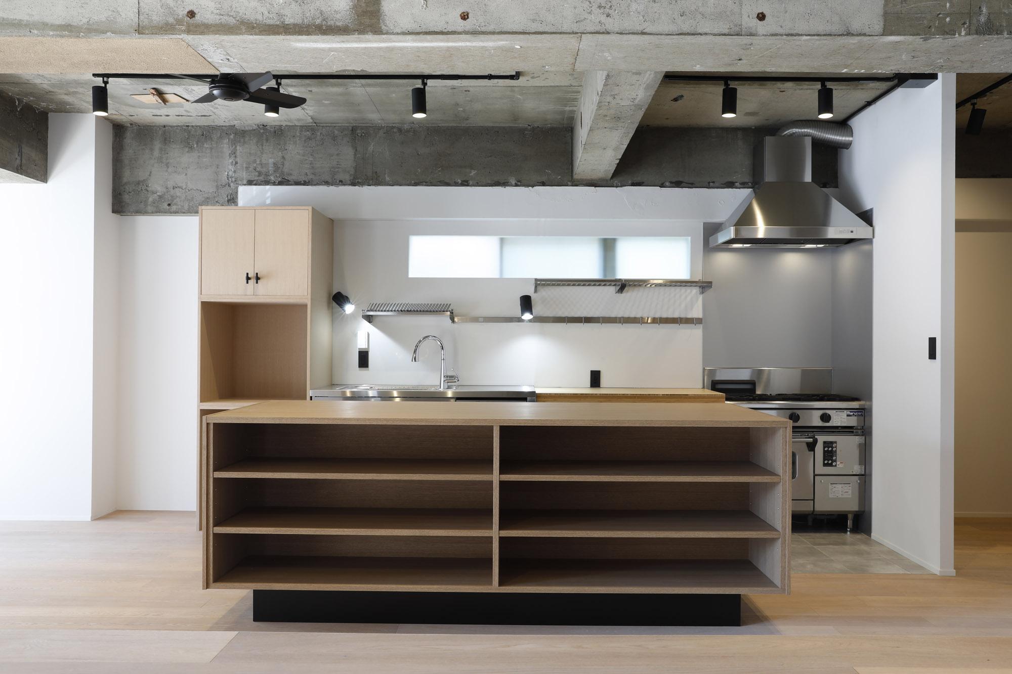 料理教室の先生でもあるお施主様。大きな造作カウンターが料理教室にぴったり!