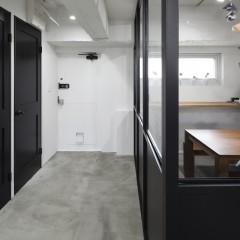 室内ドアはドアノブや蝶番全て黒で統一。