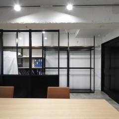 ディスプレイ棚とミーティングスペースもFIXガラス入の間仕切りでゾーニング。