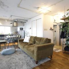 アースカラーの家具とたくさんのグリーンがマッチした素敵な空間。