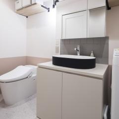 壁の2トーンカラー塗装に合わせ、造作した洗面台も淡い色味で塗装仕上げ。